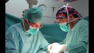 dr cos calvet trabajando en una vasovasostomia